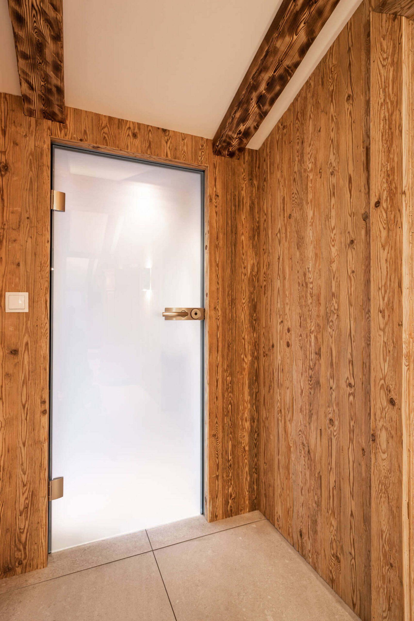 Glastüre mit Altholz
